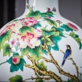 粉彩堆花芙蓉天球瓶
